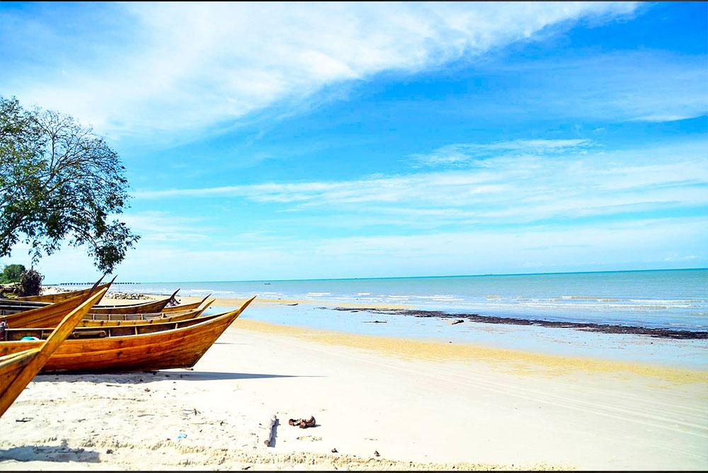 Pantai Pesona Teluk Rhu
